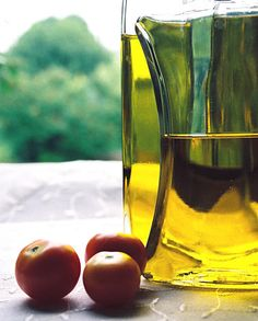Extra-virgin olive oil is a staple of the Sonoma kitchen. Rich in monounsaturated fat and anti-inflammatory antioxidants, it provides health benefits beyond a healthy heart. Exciting research suggests a strong role in preventing obesity, type 2 diabetes, and Alzheimer 's disease.