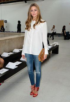 Olivia Palermo au défilé Véronique Leroy porte une chemise blanche fluide, jean et escarpins rouges satinés