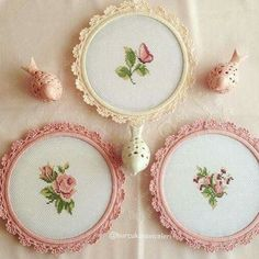 Roses, little pretties, I like the way they are finished. Tiny Cross Stitch, Simple Cross Stitch, Cross Stitch Flowers, Cross Stitch Designs, Cross Stitch Patterns, Embroidery Hoop Crafts, Embroidery Patterns, Cross Stitching, Cross Stitch Embroidery