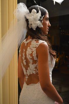 Mirá esta espalda en el vestido de Sara. Las filigranas de encaje quedan perfectas en el nuevo estilo de las novias sensuales y románticas. El tocado es de nuestra creación (organza y perlas)