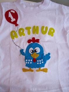 camisetinha  com aplicação em feltro da galinha Pintadinha  especificar o tamanho e a idade para colocar no balãozinho
