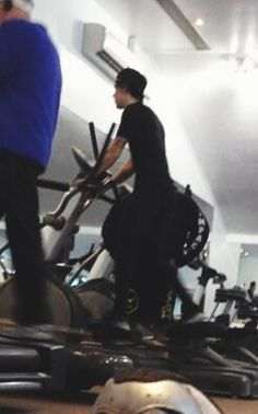 HARRY WORKING OUT OMG STOP!! DARK DARK DARK IT SCREAMS DARK FRICK GET AWAY...ok so hes going to take boxxing lessons and he has ben wearing black a lot lately and THIS LIL SHOOT IS IN THE GYM GET OUT OF MY FACE
