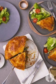 A showstopping lasagne cake that has it all: it's filling, delicious and a beautiful dinner idea! Mayo Chicken, Pasta Recipes, Cooking Recipes, On The Go Snacks, Side Salad, Light Recipes, Chutney, Pasta Dishes