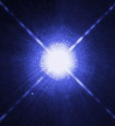 Bu Hubble Uzay Teleskobu görüntüsü onun soluk, minik yıldız arkadaşı Sirius B ile birlikte Sirius A, bizim gece gökyüzündeki en parlak yıldızı gösteriyor