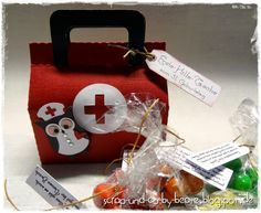 """Mit allen """"notwendigen"""" Pillen habe ich die Erste-Hilfe-Tasche gefüllt und die süße Krankenschwester-Eule von SU bewacht sie.       Die ..."""