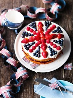 Royal Not Afternoon Tea and other Jubilee Ideas! Brilliant decoration idea for a Victoria sponge. For a Royal Christening party, maybe?Brilliant decoration idea for a Victoria sponge. For a Royal Christening party, maybe? British Themed Parties, Royal Tea Parties, Royal Party, British Cake, British Party, Party Sandwiches, Union Jack Cake, Victoria Sponge, Gateaux Cake