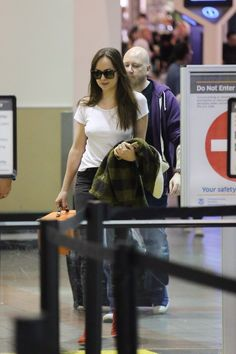 What a cutie fave.Dakota Johnson arriving at LAX (Oct. 28th,2017) Cr.@DakotaJLife