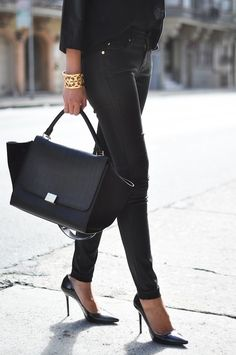 All black with Celine Trapeze bag. My style. Outfit Essentials, Pastel Outfit, Looks Style, Style Me, Black Style, Celine Trapeze Bag, Celine Bag, Street Mode, Street Snap