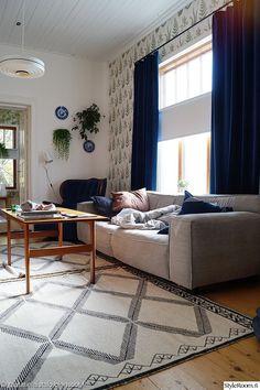 olohuone,harmaa sohva,vanha nojatuoli,50 luku,vanhat huonekalut