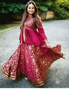 Looking for Bridal Lehenga for your wedding ? Dulhaniyaa curated the list of Best Bridal Wear Store with variety of Bridal Lehenga with their prices Choli Blouse Design, Choli Designs, Lehenga Designs, Blouse Designs, Mehndi Designs, Banarasi Lehenga, Anarkali, Indian Dresses, Indian Outfits