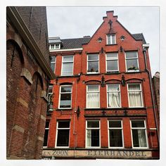 Bâtiment rouge à Amsterdam #building #red #eierhandel #architecture #archilovers #thenetherlands #netherlands #photooftheday #instadaily #instagood #amazing #beautiful #bestoftheday #art #igtravel #all_shots #mytravelgram #travel #traveling #visiting #instatravel #instago #trip #travelling #tourism #instapassport #instatraveling #travelgram #travelingram