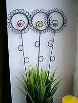 kvetinka s tyrkysovým korálikom je vyrobená z čierneho, žíhaného drôtu. Kvetinka je ošetrená proti korozii, vhodná, ako zápich do kvetináčika,vázičky.......