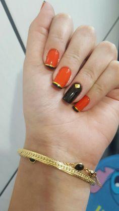 Unhas laranja por do sol,  com francesinha preta e fios dourados. Fabi