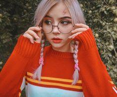 Sonya Rudskaya La imagen puede contener: 2 personas, primer plano y exterior Grunge Style, Soft Grunge, Tumblr Boys, Cute Girl Pic, Cute Girls, Korean Outfit Street Styles, Western Girl, Look Girl, Girls With Glasses