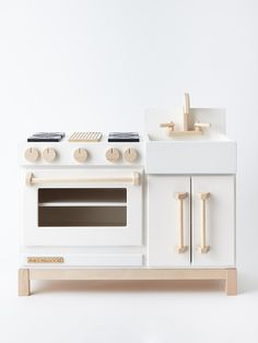 Whether your little one is whipping up an original recipe or taking first place in an imaginary cooking competition, our Essential Play Kitchen is the perfect c