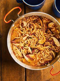 Comme la température est souvent plus fraîche en forêt, on aura de quoi se réchauffer avec cette bonne soupe à base de miso. Ramen Soup, Ramen Noodles, Ricardo Recipe, Sambal Oelek, Lemon Potatoes, Beef Jerky, Chinese Food, Seafood, Stuffed Mushrooms