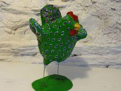 Décoration, poule sculptée en papier mâché verte à motifs bordeaux et blancs. : Sculptures, gravures, statues par la-fabrique-de-cadot