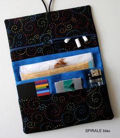 Tabakbeutel - Tabaktasche Tobacco pouch SPIRALE schwarz bunt - ein Designerstück von Fadenart bei DaWanda Zip Pouch Tutorial, Pochette Diy, Diy Wallet, Pouch Pattern, Textiles, Handmade Bags, Diy Art, Bunt, Sewing Projects