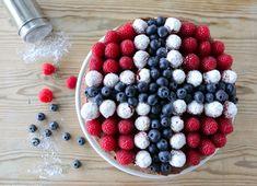 17. mai kake i rødt, hvitt og blått Norwegian Food, Norwegian Recipes, Constitution Day, Norway, 4th Of July, Fondant, Blueberry, Raspberry, Food And Drink