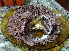 Bolo de chocolate com mousse de maracujá e cobertura de chantilly com raspas de chocolate