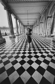 G. Gibson Gallery | Jacques-Henri Lartigue El ángulo escogido para tomar esta fotografía, los motivos del suelo y la amplia profundidad de campo añaden tensión a la escena. Que la mujer retratada venga hacia nosotros, añade más intriga y dinamismo a la escena.