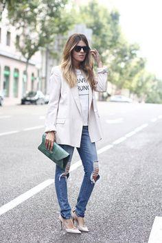 """Para una reunión de trabajo, Ester """"sofistica"""" los ripped jeans con salones y blazer en nude y una camiseta con mensaje. ¡Copiamos la idea!"""