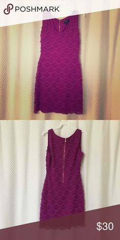 Guess dress Never worn! Guess by Los Angeles. Size 4. Form fitting Guess Dresses Midi