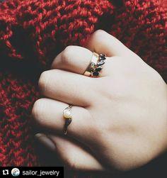 Modelo de mão pra loja @sailor_jewelry. Sigam e acompanhem que logo teremos novidades!  #Repost @sailor_jewelry with @repostapp  O Dia dos Namorados tá logo aí. Já sabe o que dar de presente pro seu amor? Que tal um anel de pérola?  Ou então um anel de ônix?  E por que não uma aliança pra fazer aquele pedido de noivado? Aproveita!!  . Aceitamos encomendas via direct ou inbox no Facebook. O link tá na bio! . . . #jewel #joias #ourives #ourivesaria #feitoamao #handmade #handmadejewelry…