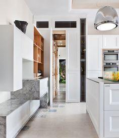 cocina con lavadero integrado en un armario