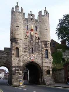 Mickelgate Bar, York -- Home to a most interesting museum on York's favourite son, Richard III. Yorkshire Day, North Yorkshire, Britain Uk, Great Britain, Pictures Of England, Places In England, Northern England, Irish Sea, Dark Blue Background