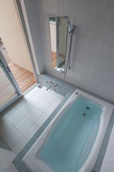 ウッドデッキのある浴室