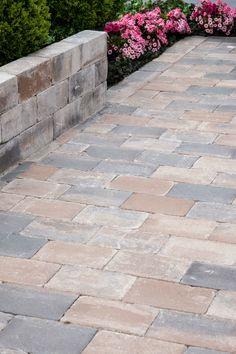 TUMBELTON KILIMANJARO is een mengeling van grijstinten met een bruine zandkleur. Een mooie natuurlijke kleur welke bij diverse gevelkleuren uitstekend tot zijn recht komt. Leverbaar in diverse afmetingen.