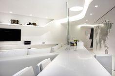 pur weiße minimalistische Einrichtung und kaltes Licht