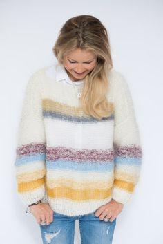 Her kommer den. Strikkeoppskriften på genseren (inspirert av genseren fra FreePeople), som mange av dere har ventet på. Det offwhite og grå strikkes i garn