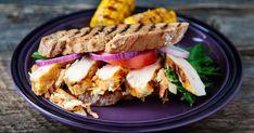 En sandwich med marinert kyllingbryst og grillet landbrød, er deilig både til lunsj og som en enkel middag når du ikke vil stå inne på kjøkkenet over grytene. I denne oppskriften kan du bruke både kyllingbryst, kyllingfilet eller nygrillet kylling.