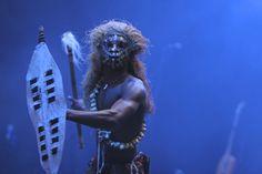 """Der """"Cirque Susuma"""" zündet ein Feuerwerk afrikanischer Kultur und Lebensfreude: Musiker, Artisten, Tänzer, Clowns und Geschichtenerzähler aus Westafrika zeigen eine rasante Revue voller Magie, Rhythmus und Leidenschaft. In der live gespielten Klangkulisse afrikanischer Musikinstrumente entstehen unvergessliche Bilder und Geschichten vom großen Kontinent der Geheimnisse! Foto: Bernd Freytag."""