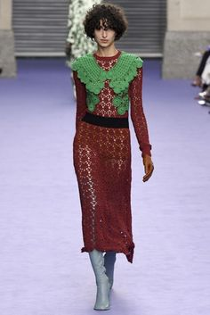 Mulberry Fall 2017 Ready-to-Wear Fashion Show Collection Knitwear Fashion, Crochet Fashion, Fashion 2018, Fashion Week, Moda Crochet, Winter Mode, Winter 2017, Fall Winter, Quirky Fashion