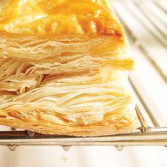 Cheese in puff pastry with fig sauce Tart Recipes, Cooking Recipes, Beef Recipes, Fig Sauce, Creamy Mustard Sauce, Braised Cabbage, Ricardo Recipe, Pork Cutlets, Cheese Curds
