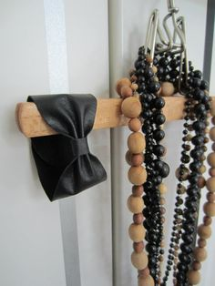 Tee-se-itse-naisen sisustusblogi: Leather Bow Bracelet (Made Out Of Recycled Leather)