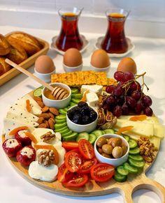 Cafe Food, Food Menu, Salade Healthy, Party Food Platters, Good Food, Yummy Food, Food Displays, Food Decoration, Food Presentation