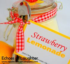 Echoes of Laughter: Summer Drinks Week: Strawberry Lemonade Mix.would be a nice gift for anyone looking forward to summer - like teachers, bus drivers, and other school support staff. Food Gifts, Craft Gifts, Diy Gifts, Summer Mixed Drinks, Sos Cookies, Mason Jar Gifts, Mason Jars, Gift Jars, Strawberry Lemonade
