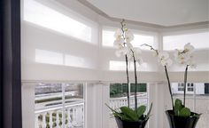 Mooie witte vouwgordijnen in een erker. Kitchen Room Design, Ramen, Oversized Mirror, Ceiling Lights, Curtains, Lighting, Furniture, Home Decor, Blinds