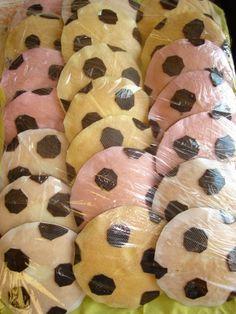 Voetbal (eierkoek) Party Treats, Dory, 2nd Birthday, Doughnut, Kids Meals, Birthdays, Food And Drink, Cupcakes, Cookies