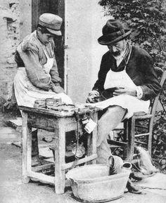 Υποδηματοποιός με τον παραγιό του, γύρω στα 1900 (Προσωπική συλλογή Μάνου Χαριτάτου): Η φιγούρα του «παραγιού» παρέμενε πολύ συνηθισμένη την εποχή αυτή. Ο ανήλικος βοηθός του τεχνίτη μάθαινε την τέχνη πλάι του, και προμήθευε όλη την ανειδίκευτη εργασία που χρειαζόταν. Παλιότερα ήταν δεδομένο ότι ο μαθητευόμενος θα έμενε στου μάστορα, ενσωματωνόμενος στο νοικοκυριό του και κάνοντας δουλειές και του σπιτιού. Στην Αθήνα των αρχών του εικοστού αιώνα, πλέον, αυτή η πρακτική έχει παρακμάσει: πιο… Greece History, Greece Pictures, Old Time Photos, Greece Photography, Greek Culture, Athens Greece, Historical Pictures, Ancient Greece, Vintage Images