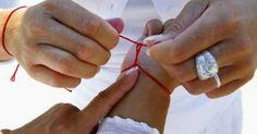 Красная нитка, повязанная вокруг запястья, обеспечивает владельцу защиту от болезней, неудач и дурного глаза. Несложный оберег пришел в современный мир из глубины веков, и на каждом этапе истории люди использовали …