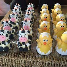 Docinho modelado Barnyard Party, Farm Party, Cupcake Toppers, Cupcake Cakes, Summer Party Decorations, Fondant Animals, Animal Cakes, Farm Birthday, Fondant Figures
