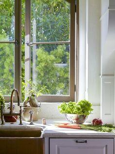 Thêm cửa sổ cho phòng bếp rực nắng