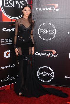 Kendall Jenner look de tapis rouge robe Alexandre Vauthier haute couture printemps-été 2015 cérémonie des ESPYS http://www.vogue.fr/mode/inspirations/diaporama/les-looks-de-la-semaine-du-17-juillet-du-podium-au-tapis-rouge/21627/carrousel#les-looks-de-la-semaine-du-17-juillet-du-podium-au-tapis-rouge-9