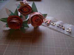 Reto del mes de abril de @Upandscrap y aprovechando la llegada del día de la madre... ramo de flores de papel scrap con tag de tela! #SonrieMolasMucho http://blog.upandscrap.com/retos/reto-scrap-abril-mas-alla-del-scrapbooking/