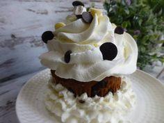 Cupcake relleno de trufa, cubierto de nata y pepitas de chocolate